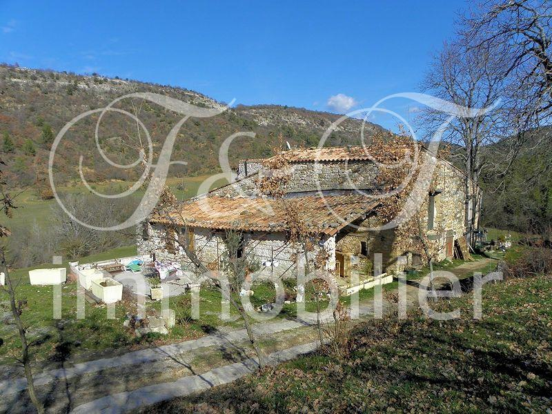 Stone farmhouse in full nature in the Luberon
