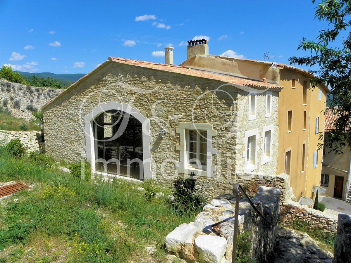 Medieval house with garden in the Luberon