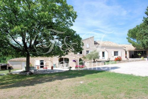 Large farmhouse on 2 hectares in Simiane La Rotonde
